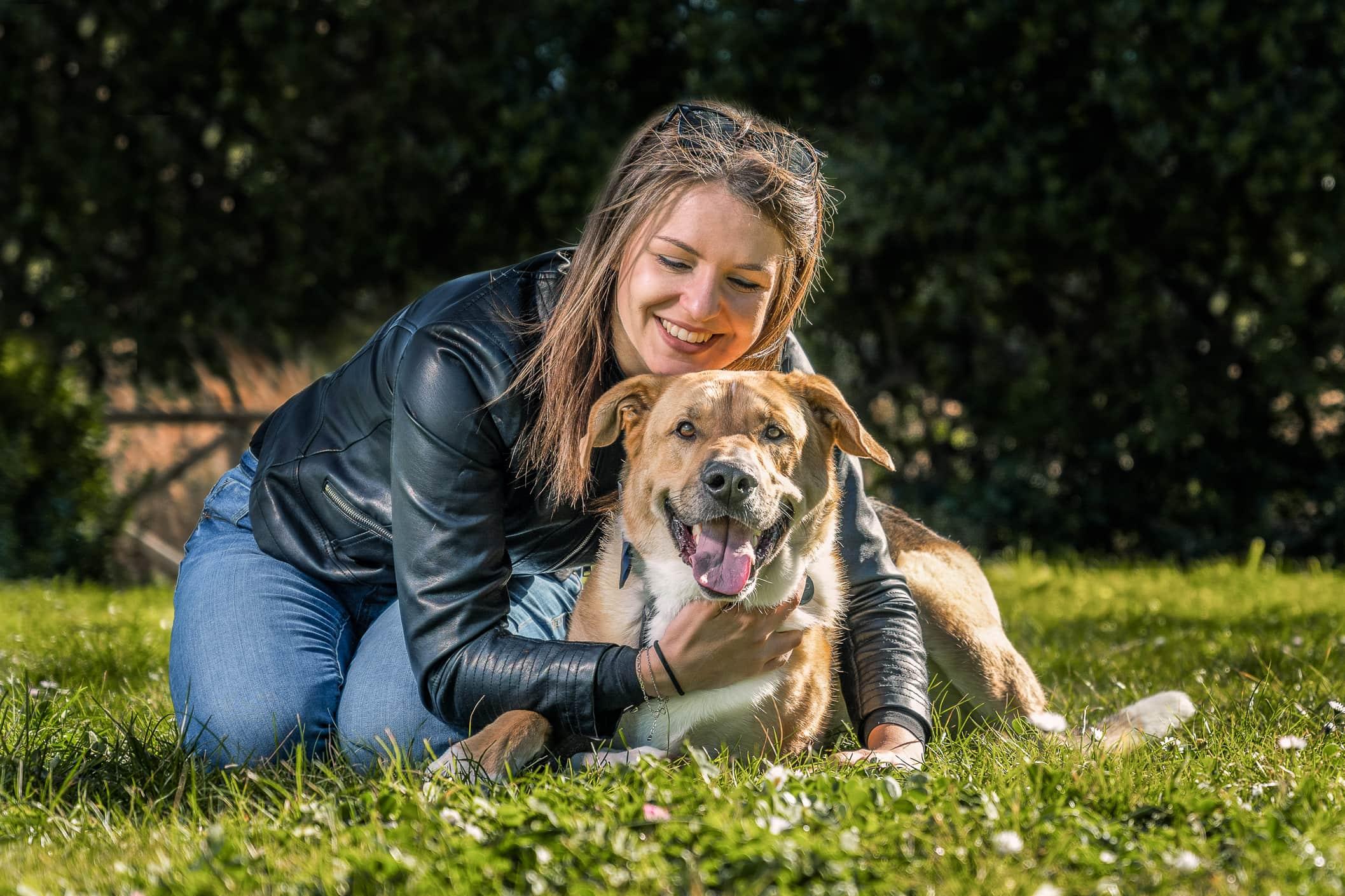 ragazza-abbraccio-cane-sorriso-campo-erba