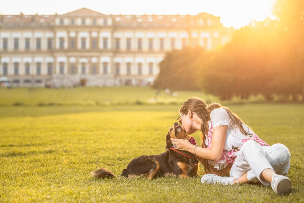 fotografo cani monza cane con padrona stesi al tramonto davanti alla villa reale del parco di monza