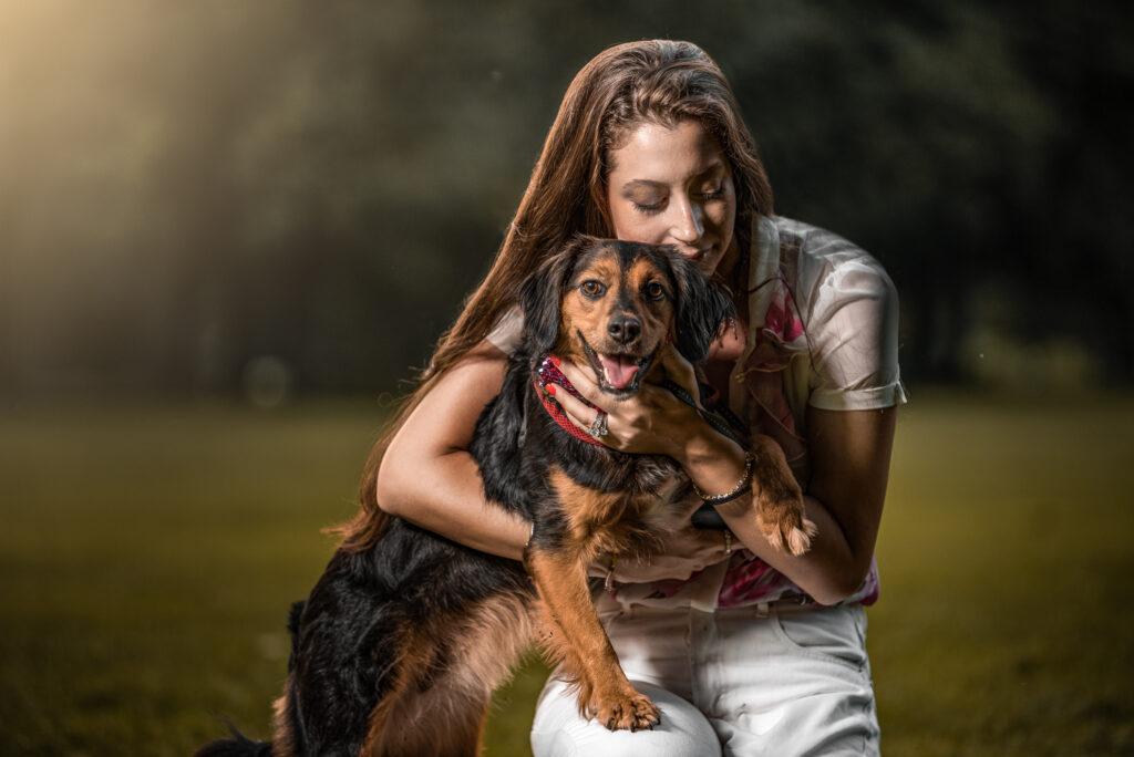 fotografo cani parco monzapadrona abbraccia il cane sorridente nel parco di monza